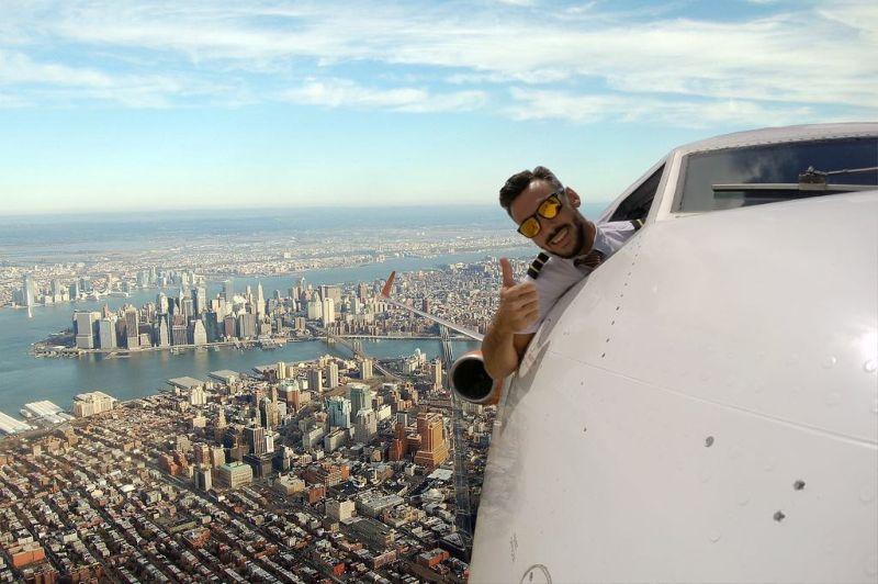 Пилот выкладывает селфи, сделанные во время полета на самолете