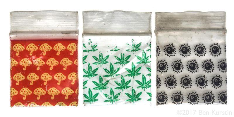 Художник из Чикаго превратил пакетики от наркотиков в произведения искусства
