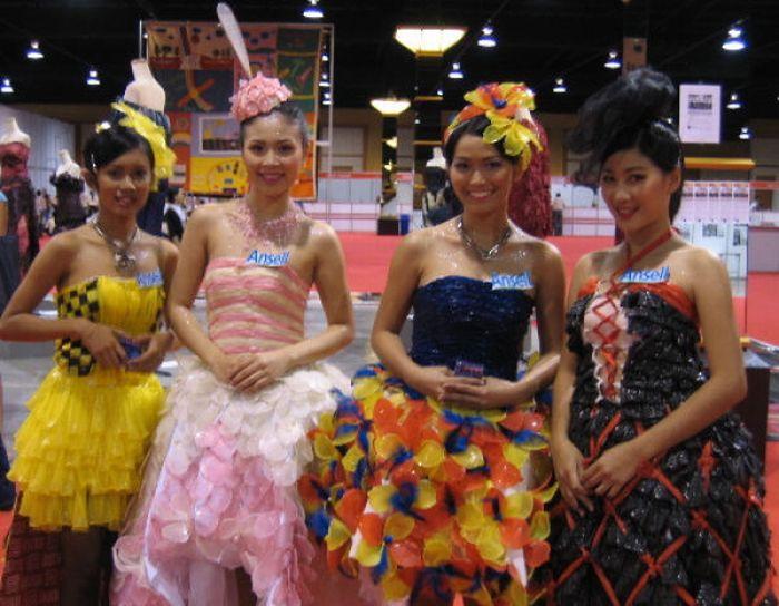 Оригинальные платья из презервативов