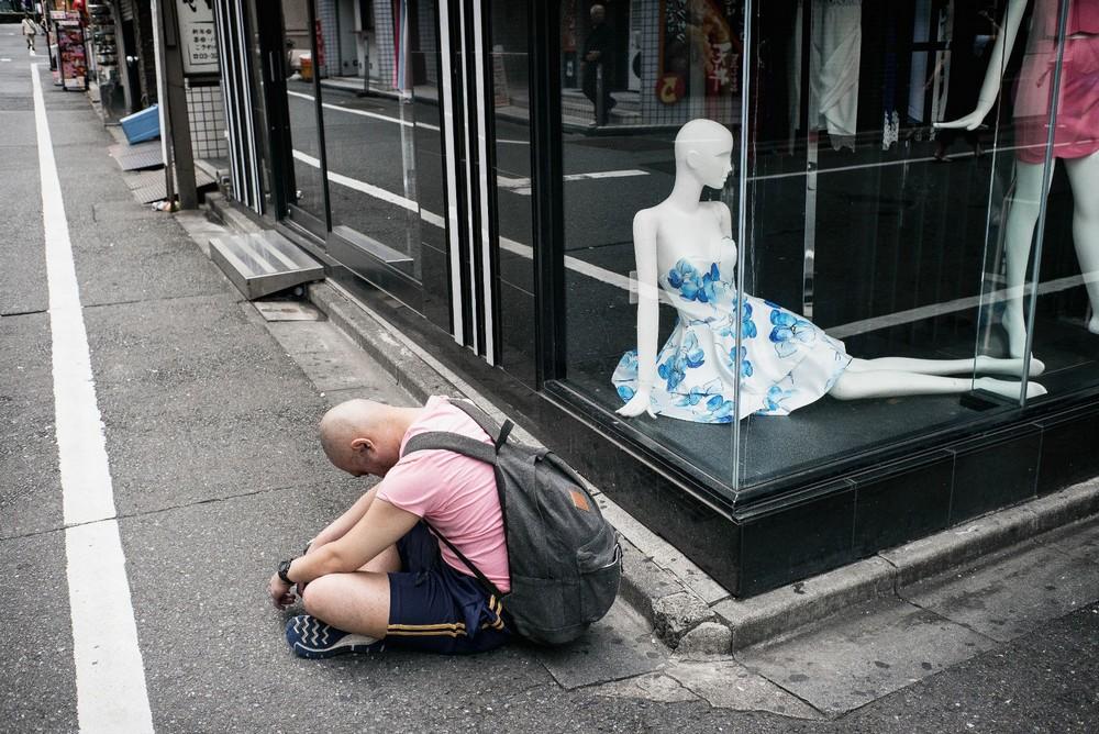 Пьяные японцы спят на городских улицах