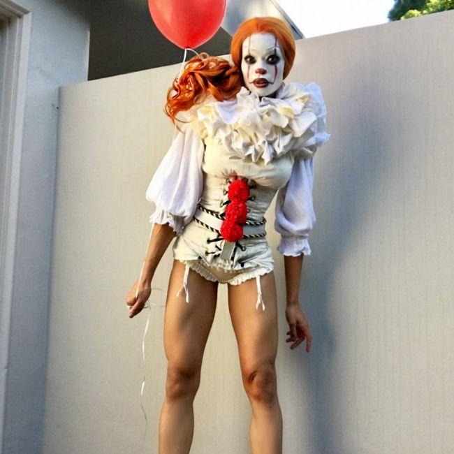 Косплей на клоуна Пеннивайза из фильма Оно