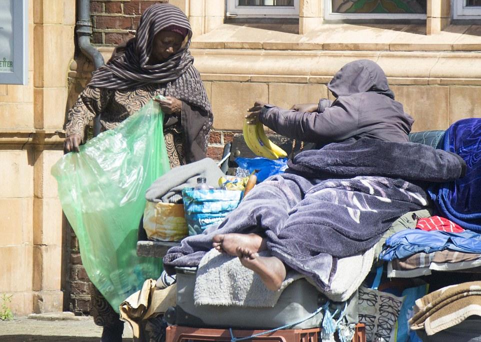 Мать с сыном из Сомали три года живут на скамейке в Лондоне