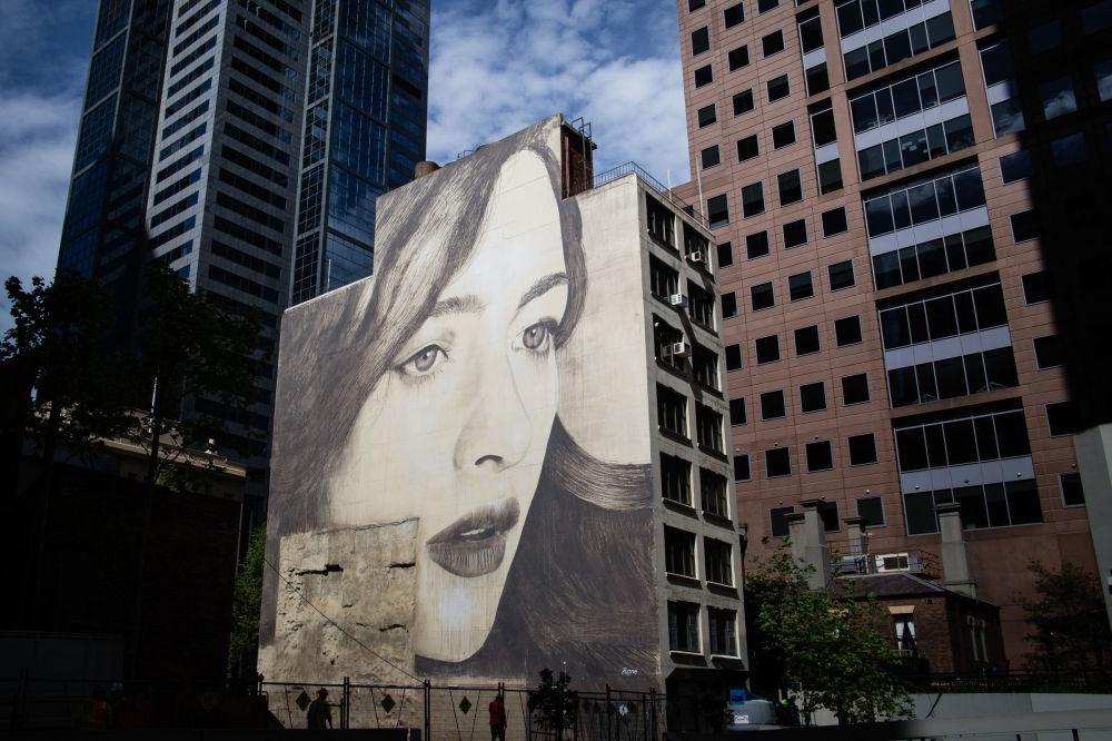 Уличный художник вдыхает жизнь в руины