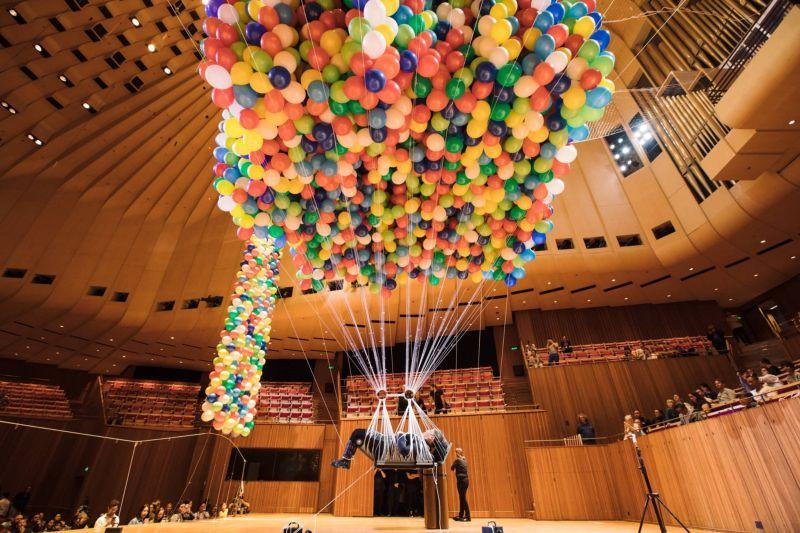 Художница-инвалид девять часов провисела на воздушных шариках