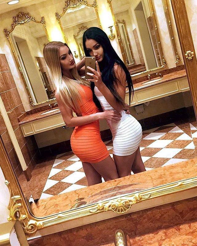Горячие фотографии соблазнительных двойняшек