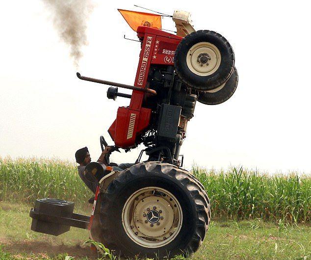 Индийский фермер показывает байкерские трюки на тракторе