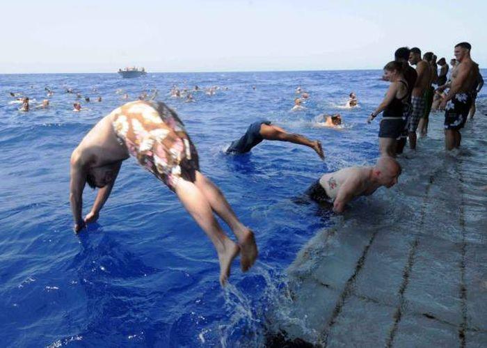 Военные моряки купаются в открытом море