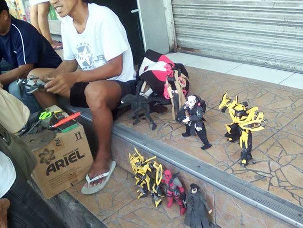 Филиппинский мастер делает игрушки из сношенных шлепанцев