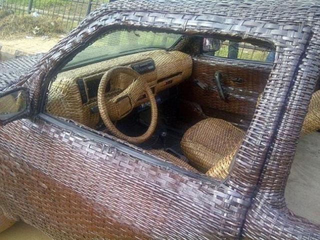 Автомобиль, сплетенный из тростника