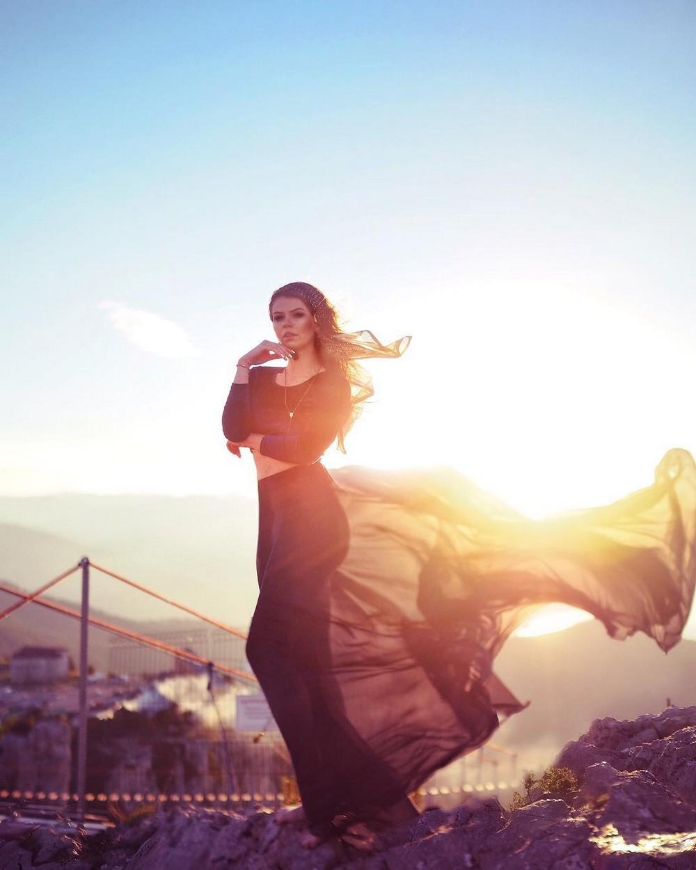 Девушка в красивых платьях на фоне живописных мест