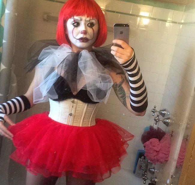 Девушки косплеят клоуна Пеннивайза из фильма Оно