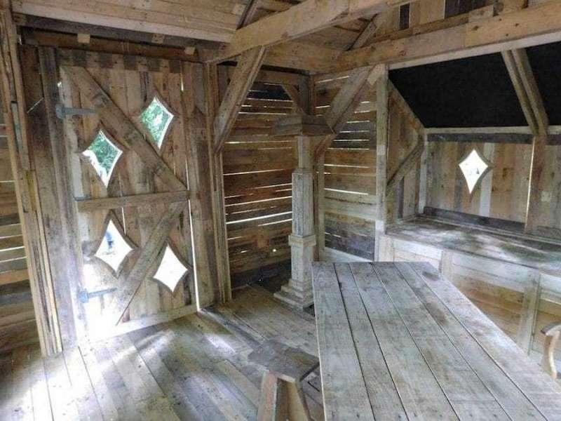 Сказочная хижина из деревянных поддонов