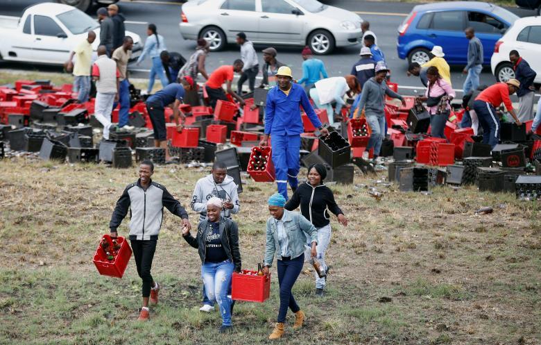 Перевернулся грузовик с пивом и порадовал жителей ЮАР