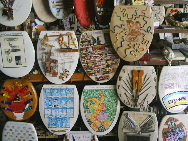 96-летний пенсионер продаёт коллекцию из 1300 крышек от унитазов