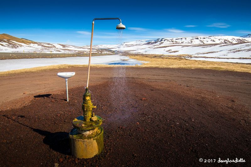 Душ посреди исландской долины