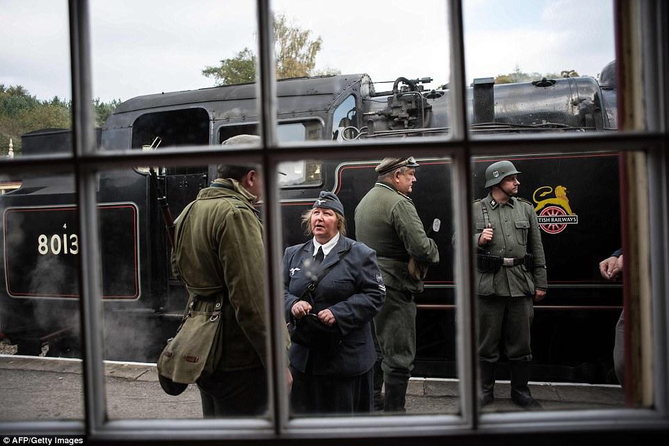 Фашисты на железнодорожной станции в Великобритании