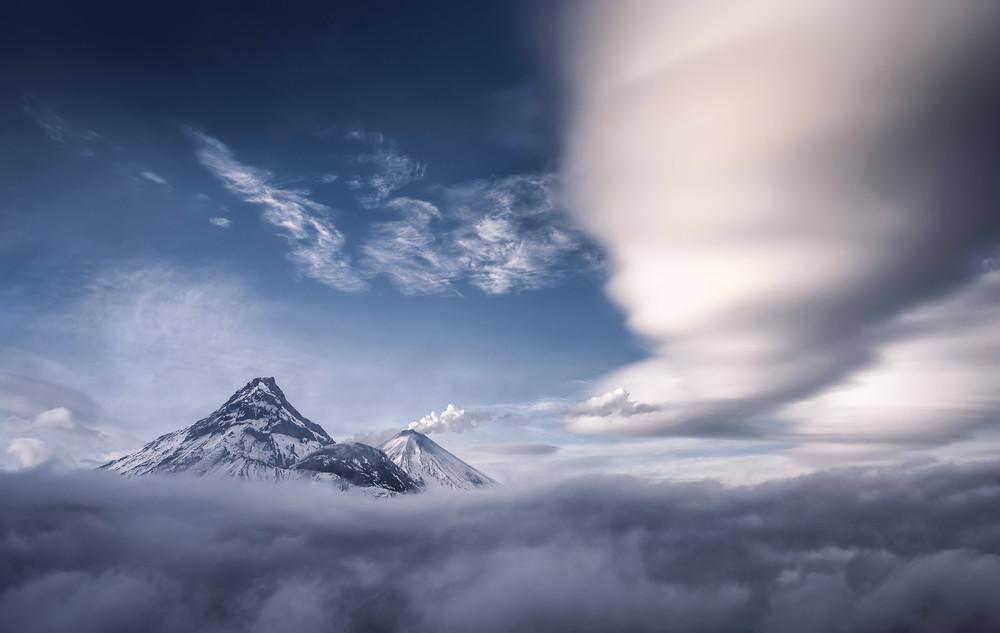 Облака над вулканами Камчатки