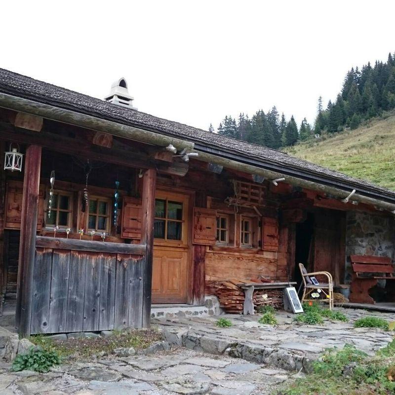 Деревня в Альпах, застрявшая в начале прошлого века