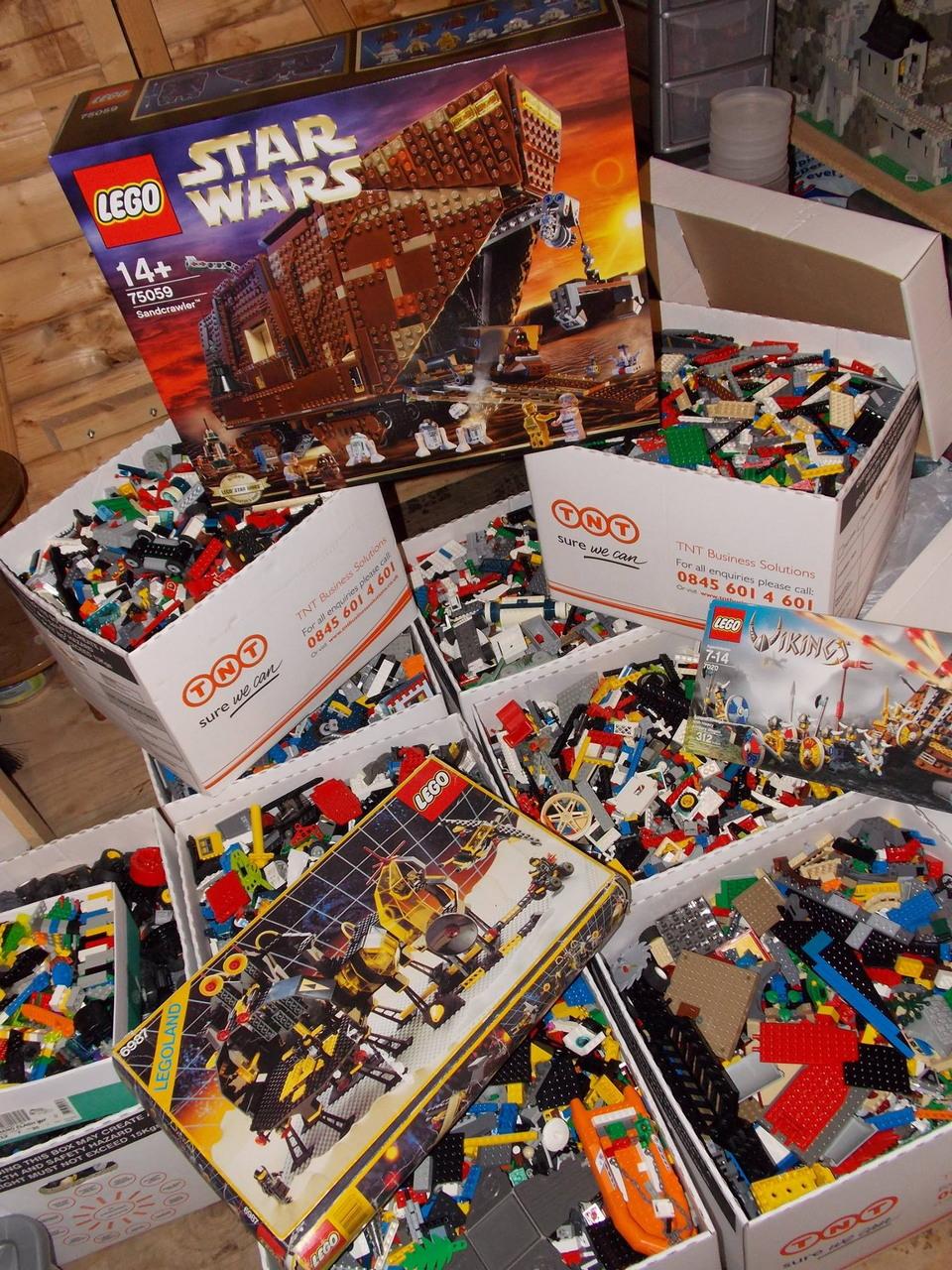 Фанат Лего построил 5 зданий для своей коллекции