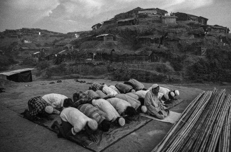 Народ рохинджа бежит из Мьянмы в Бангладеш