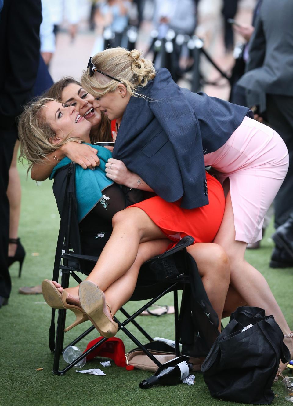 Пьяные леди на окончании Кубка Колфилда