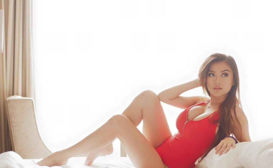 Красивые девушки в красных купальниках