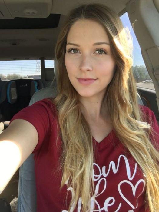 Красивые девушки делают селфи в машинах