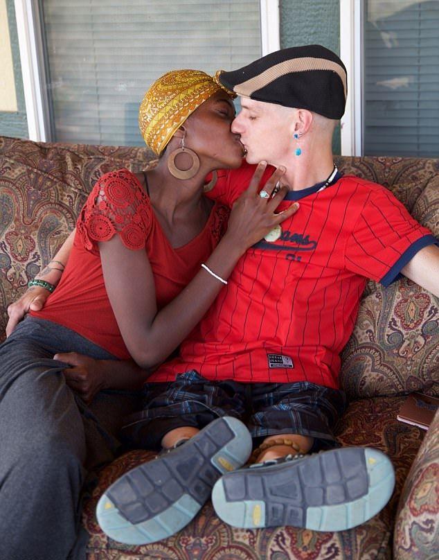 Мужчина без бедер закрутил роман с молодой девушкой