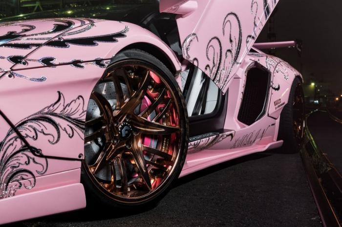 Вызывающий розовый Lamborghini Aventador со стразами