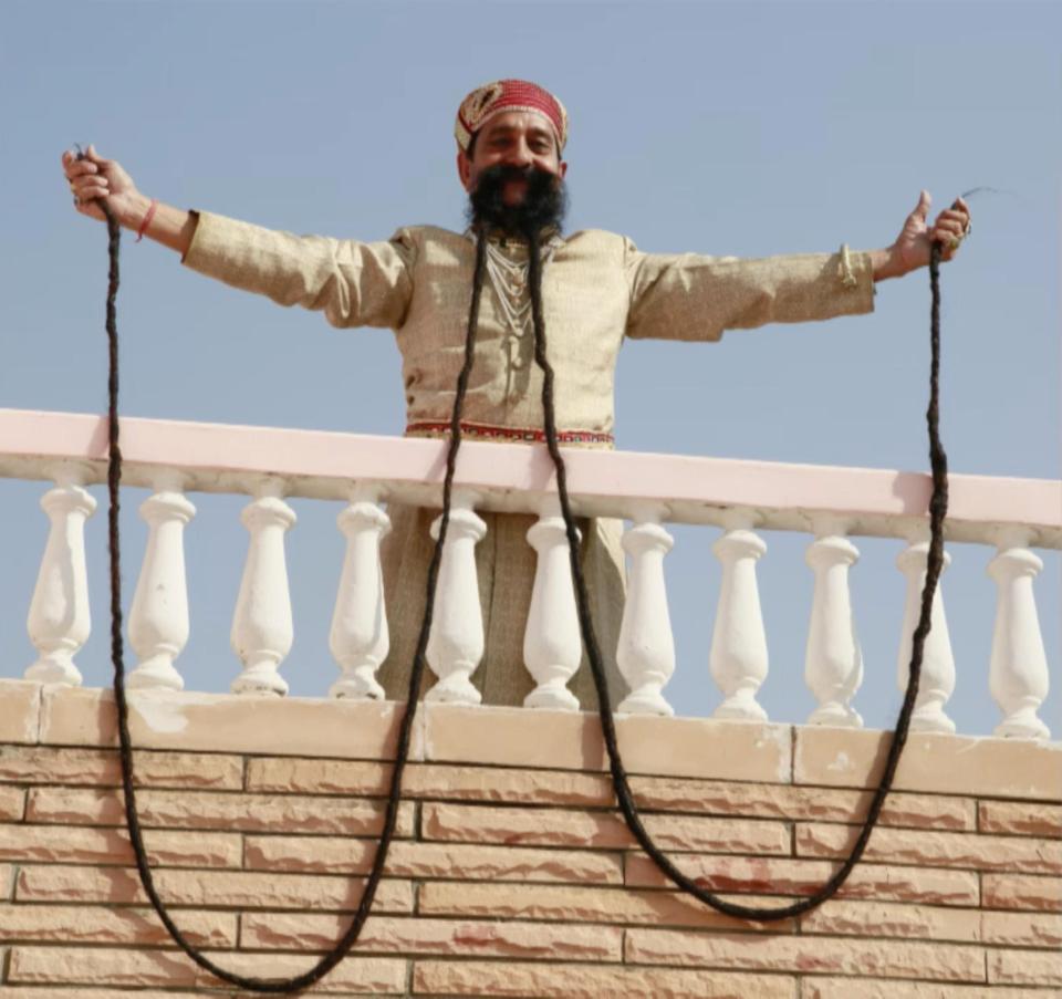 Обладатель самых длинных усов в мире из Индии