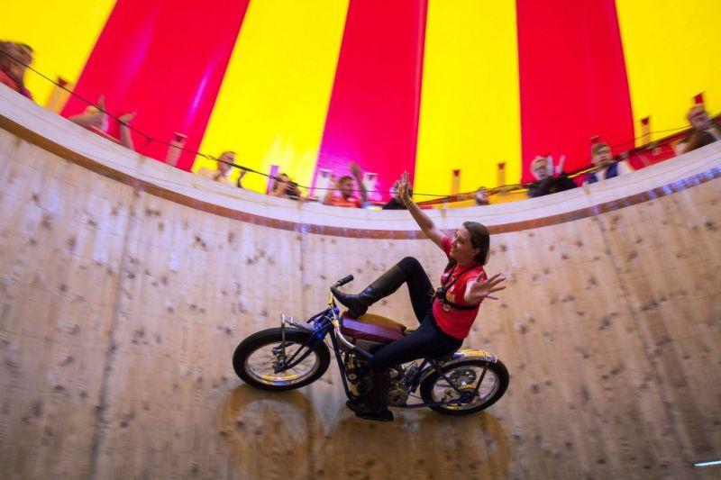 Девушки на мотоциклах колесят по стене смерти