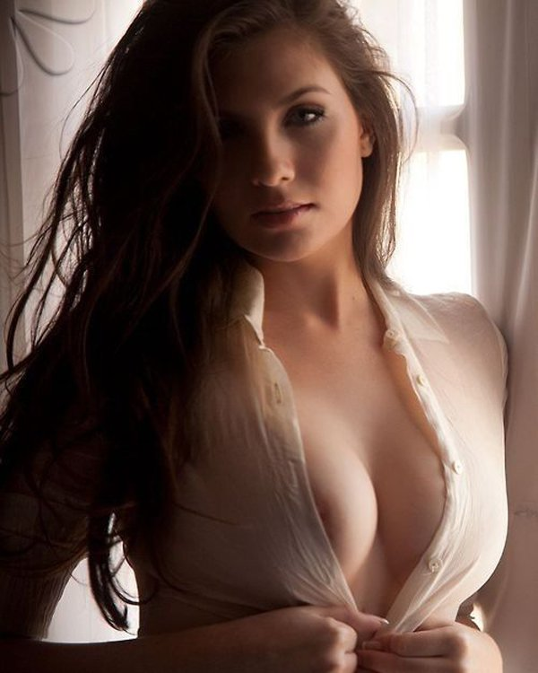 Hot And Sexy Women Showing Cleavage
