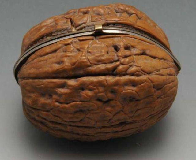 Шкатулка из грецкого ореха XIX века
