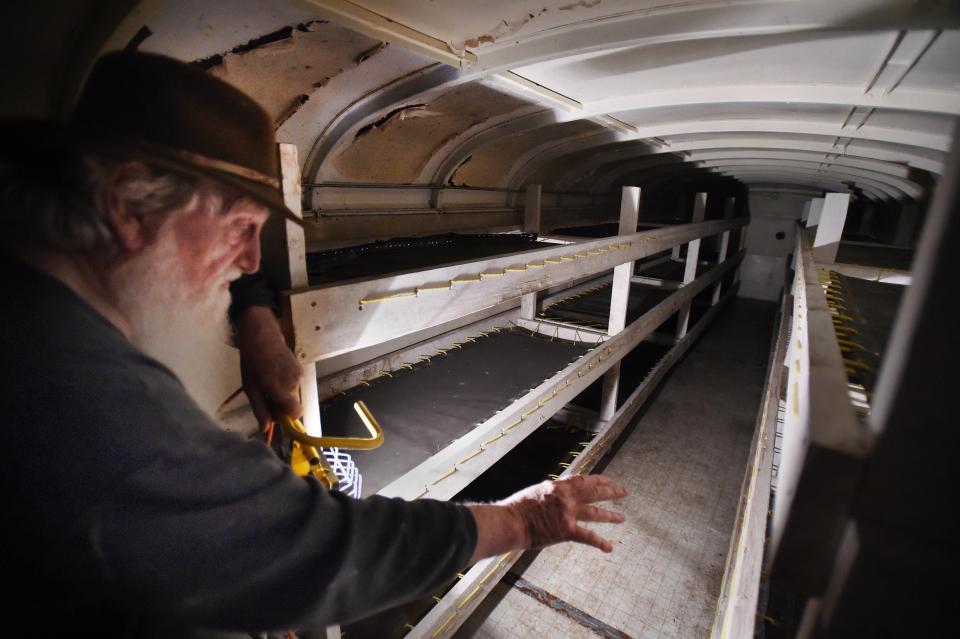 Канадец построил ядерный бункер из 42 школьных автобусов