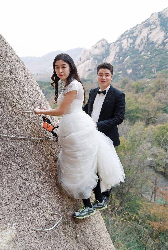 Китайские новобрачные сыграли свадьбу на отвесе скалы