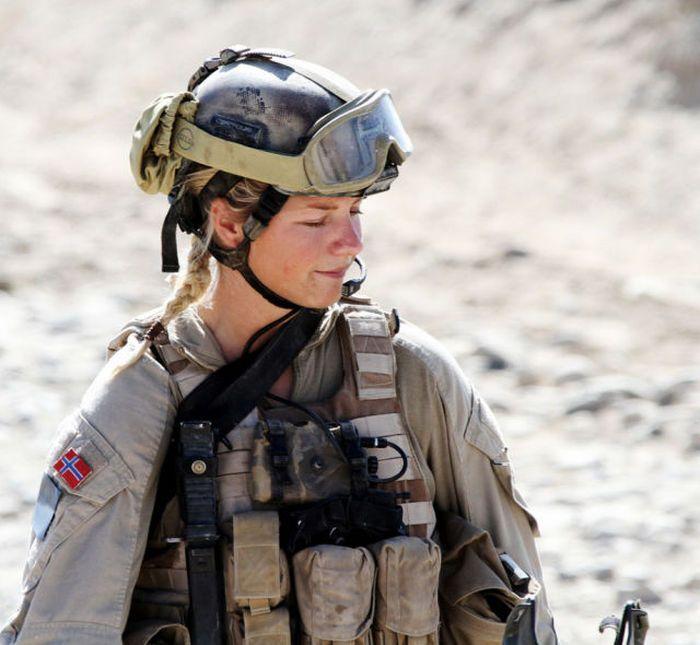 Красивые девушки-военнослужащие