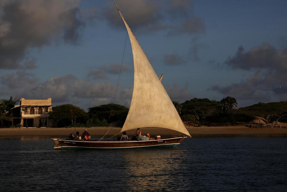 Мастера в Кении строят лодки из пластиковых отходов