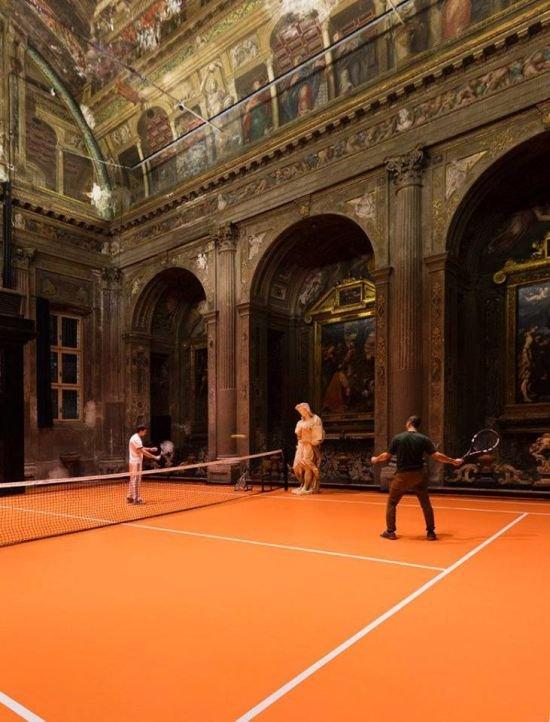 В миланской церкви соорудили теннисный корт