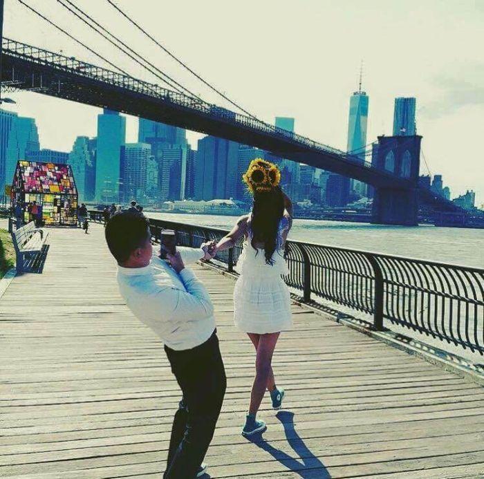 Парни делают снимки своих девушек для Instagram