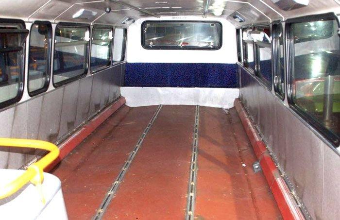 Списанный двухэтажный автобус превратили в ночлежку для бездомных