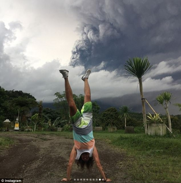Фотографии туристов на фоне дымящегося вулкана Агунг