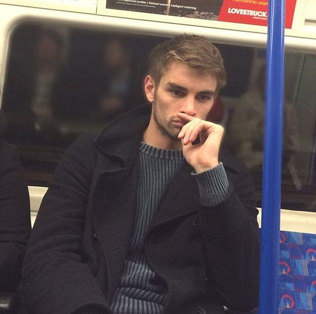Девушки фотографируют мужчин в лондонском метро
