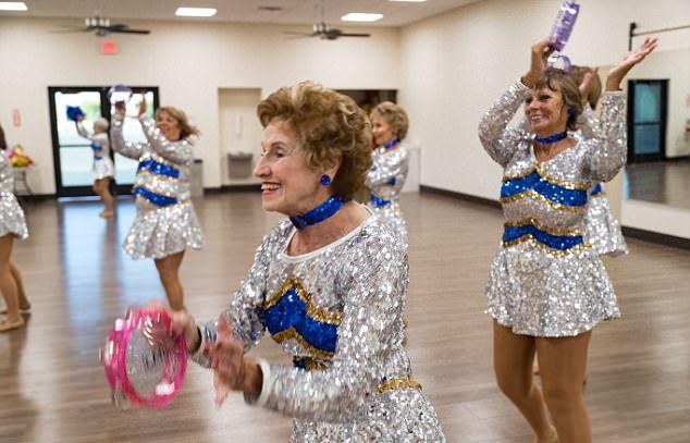 Бабушки-чирлидеры несмотря на возраст выступают на матчах