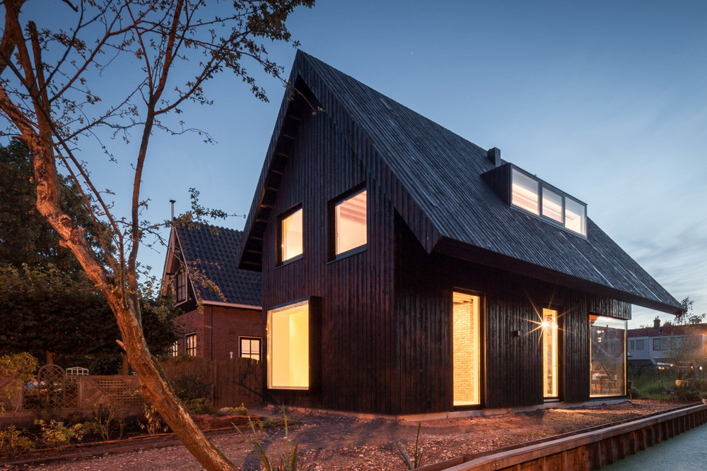 Чёрный деревянный дом в Амстердаме