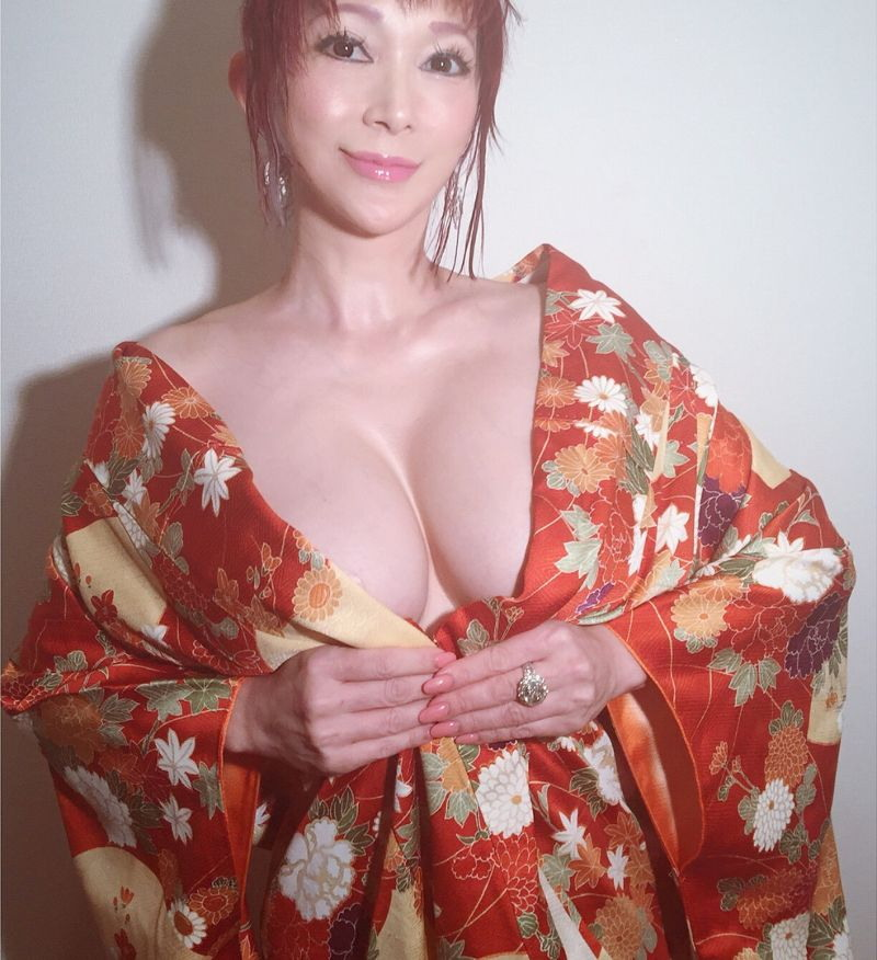 Грудастая японка ищет любовника или любовницу