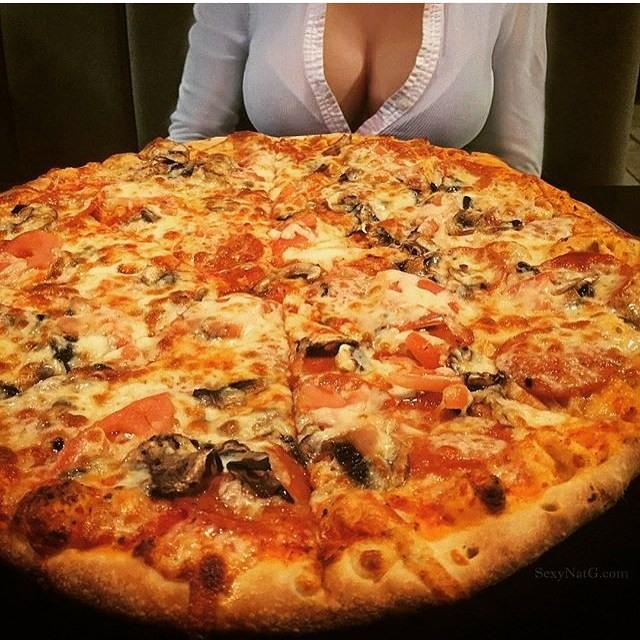 Красивые девушки любят пиццу