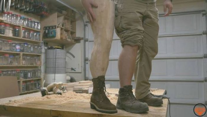 Плотник сделал лампу в виде ноги