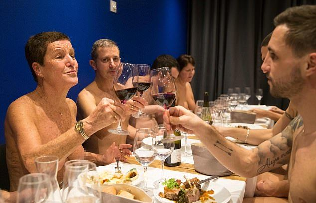 В Париже открылся первый ресторан для нудистов