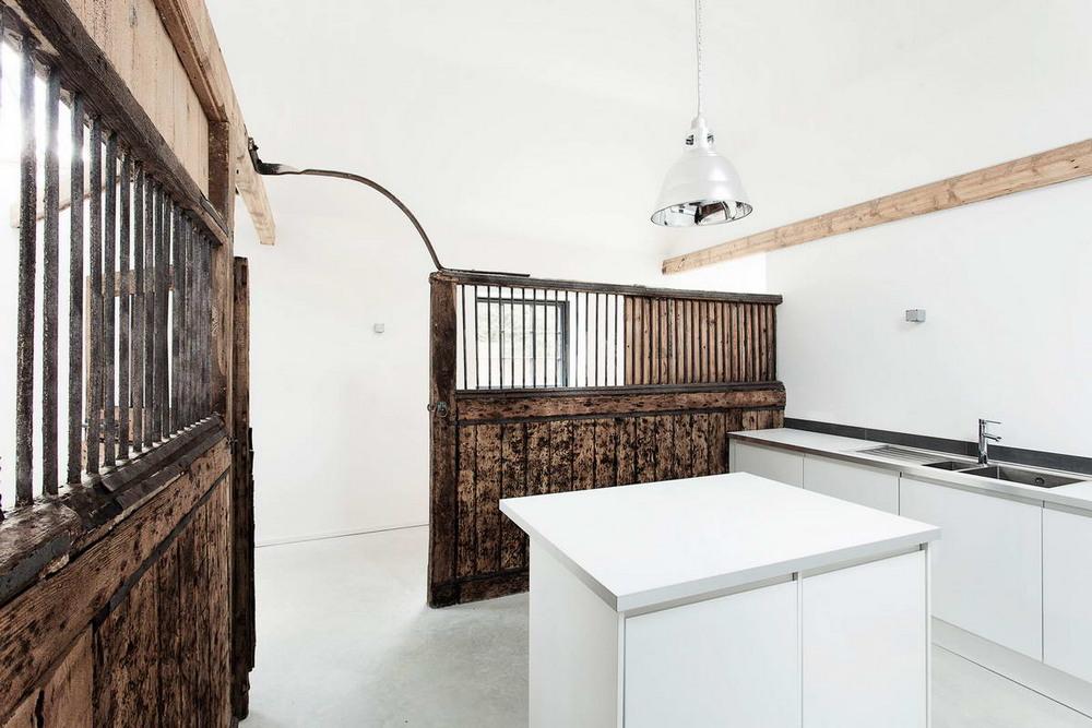 Заброшенную конюшню превратили в современный дом