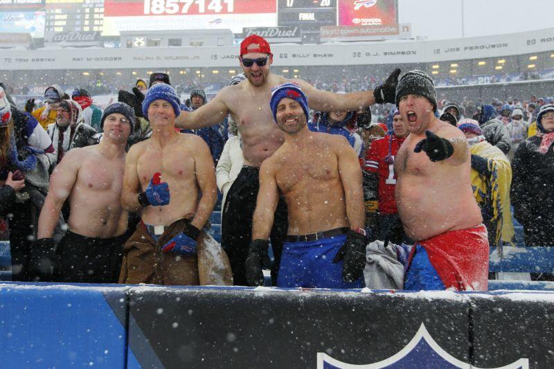 Футбольный матч в разгар снежной метели
